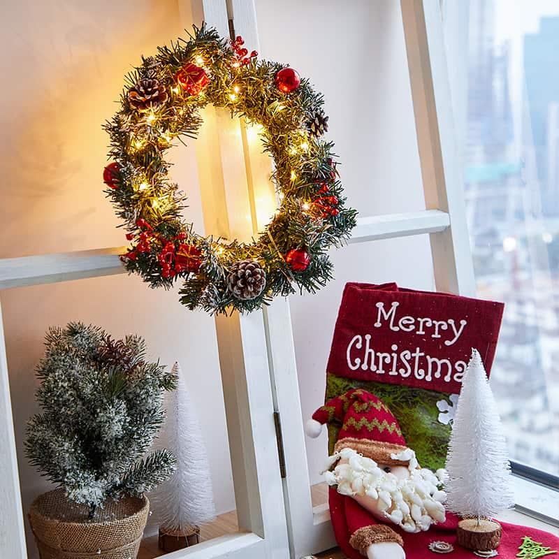 Pre-Lit Led Light Decorated Wreath 3